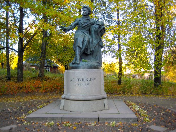 Памятник Пушкину. Пушкинские Горы.